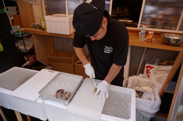 Na rybej tržnici Cukidži (Tsukiji) v Tokiu vám predajú a pripravia čerstvé ryby a morské plody