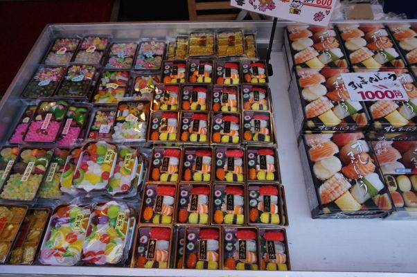 Na rybej tržnici Cukidži (Tsukiji) v Tokiu nemôže samozrejme chýbať sushi