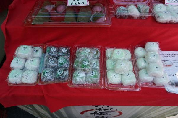Tradičné ryžové koláčiky na rybej tržnici Cukidži (Tsukiji) v Tokiu