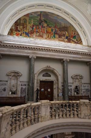 Rotunda na prvom poschodí pod hlavnou kupolou radnice - nechýba mramor