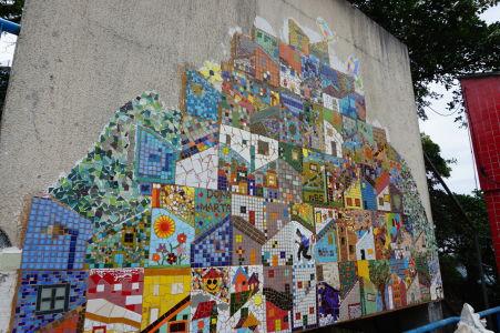 Okrem graffiti sa nájdu aj mozaiky