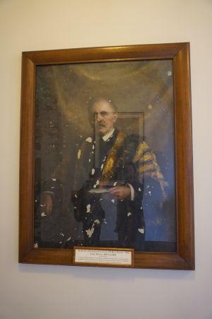Obrazy starostov spred vojny boli poškodené alebo zničené pri bombardovaní
