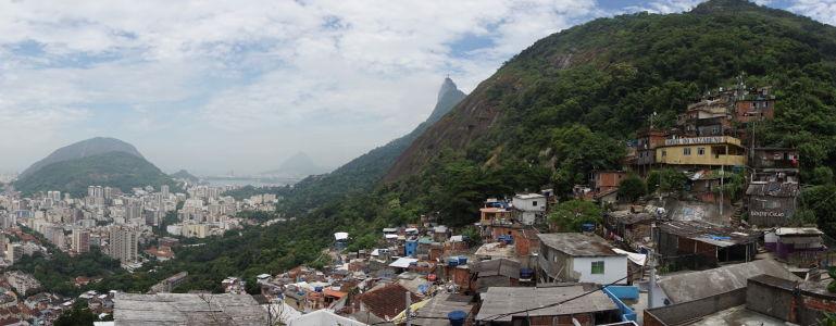 Panoramický pohľad na favelu Santa Marta a Botafogo, v strede kopec so sochou Krista Vykupiteľa