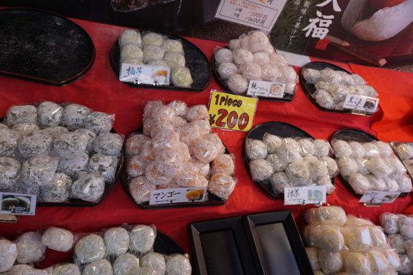 Na rybej tržnici Cukidži (Tsukiji) v Tokiu si na svoje prídu i milovníci sladkostí, vrátane ryžových koláčikov mochi