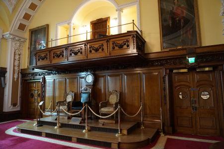 Zasadacia miestnosť radnice s kreslami, kde sedel kráľ Juraj V. a jeho rodina pri slávnostnom prvom zasadaní Severoírskeho parlamentu na radnici v Belfaste