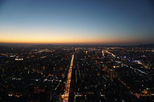 Pohľad na Tchaj-pej z mrakodrapu Taipei 101 tesne po západe Slnka