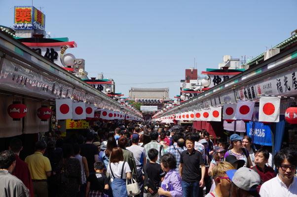 Hlavná ulica Nakamise vedúca k chrámu Sensó-dži (Senso-ji) v Tokiu - hemží sa to tu stánkami a obchodíkmi