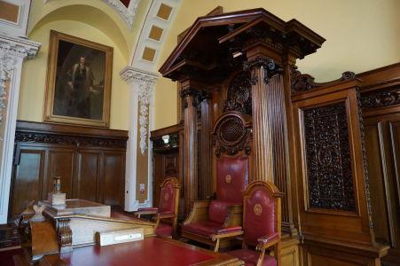 Kreslo pre starostu Belfastu v zasadacej sieni radnice