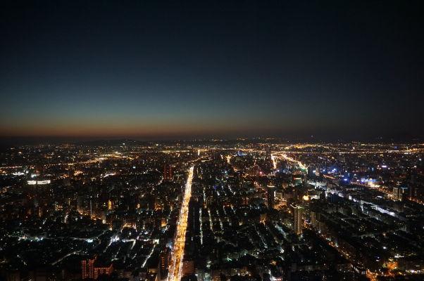 Pohľad na Tchaj-pej z mrakodrapu Taipei 101 v noci
