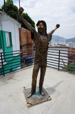 Socha pripomínajúca kráľa popu