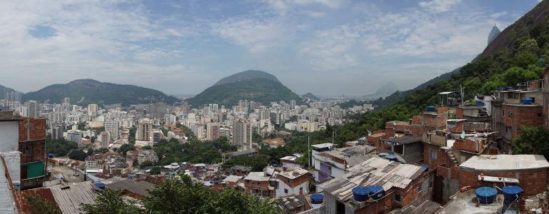 """Pohľad na Rio z terasy na """"námestí"""" Michaela Jacksona - kopec so sochou Krista sa nachádza vpravo"""