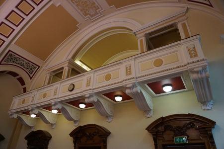 """Balkón v """"divadelnej"""" hala radnice v Belfaste"""
