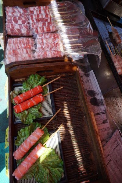 Ulica Nakamise vedúca k chrámu Sensó-dži (Senso-ji) v Tokiu vás určite nenechá hladovať - mäso na špachtli hneď ku konzumácii