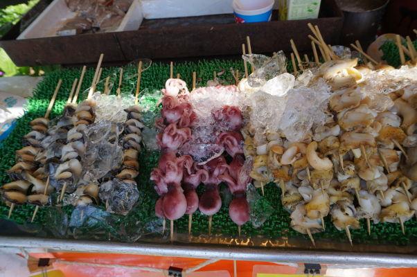 Ulica Nakamise vedúca k chrámu Sensó-dži (Senso-ji) v Tokiu vás určite nenechá hladovať - morské plody na špachtli
