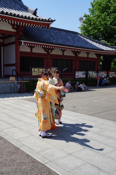 Lokálne dievčatá si fotia selfie v tradičnom oblečení v chráme Sensó-dži (Senso-ji) v Tokiu