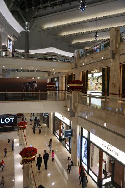 Nákupné centrum pod mrakodrapom Taipei 101 v Tchaj-peji, nechýba tu snáď žiadna luxusná značka