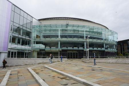 Belfast Waterfront - Moderná výstavba na brehu rieky Lagan v Belfaste. Slúži ako konferenčné a výstavné centrum, ale i divadlo a koncertná sála