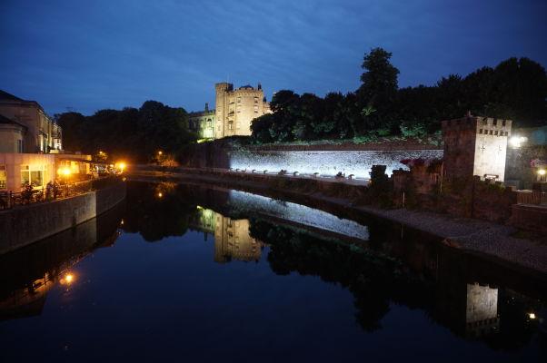Stredoveký hrad v Kilkenny nad riekou Nore v noci