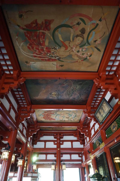 Hlavná budova chrámu Sensó-dži (Senso-ji) v Tokiu