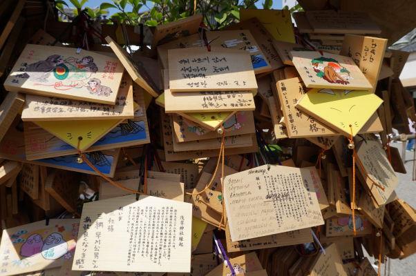 Drevené tabuľky zavesené pred chrámom Sensó-dži (Senso-ji) v Tokiu