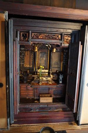 V domčekoch nájdeme minimum dekorácií a ak tu nejaké sú, väčšinou sa sústredia na náboženské oltáriky