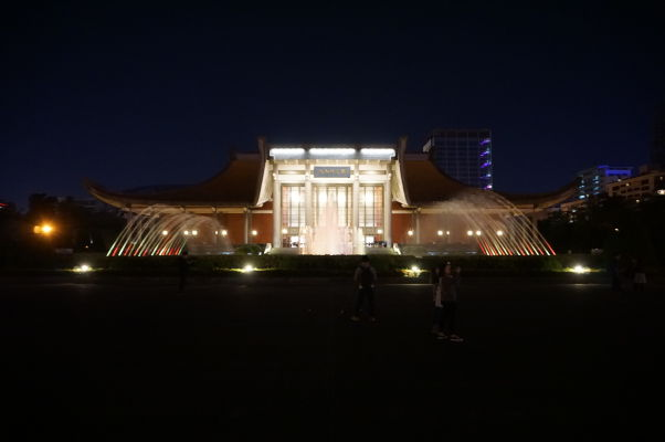 Sunjatsenov pamätník v Tchaj-peji v noci