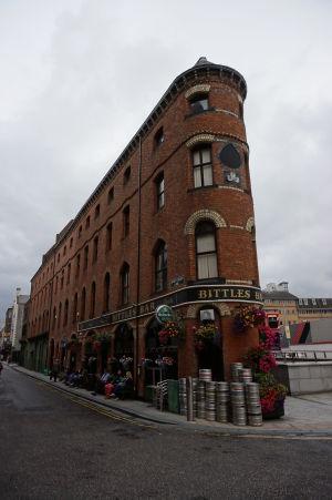 Íri sa alkoholu neštítia a tak je i Belfast plný barov