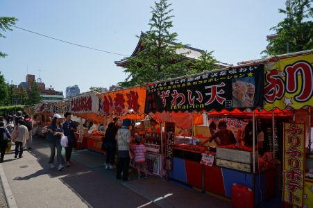 Stánky s občerstvením v parku Ueno v Tokiu