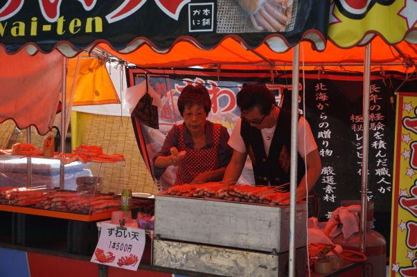 Ulica Nakamise vedúca k chrámu Sensó-dži (Senso-ji) v Tokiu vás určite nenechá hladovať - príprava pokrmov pre návštevníkov