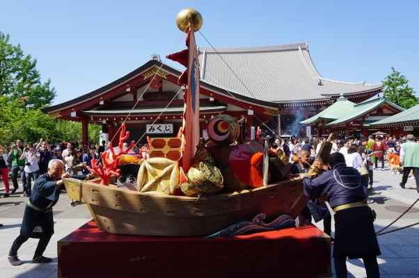 Oslavný sprievod v chráme Sensó-dži (Senso-ji) v Tokiu