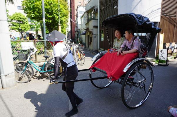 Do chrámu Sensó-dži (Senso-ji) v Tokiu sa môžete dostať i tradičnými dopravnými prostriedkami