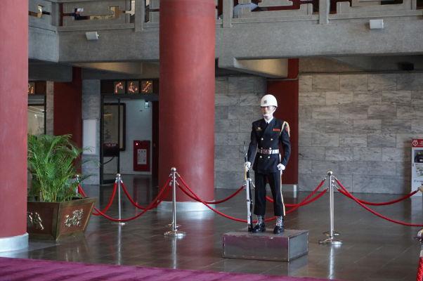 Čestná stráž v Sunjatsenovom pamätníku v Tchaj-peji - drsný výraz patrí k práci