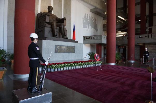 Čestná stráž v Sunjatsenovom pamätníku v Tchaj-peji