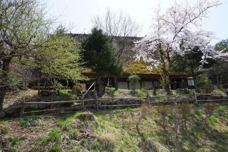 Drevený domček a sakura v skanzene Hida no Sato
