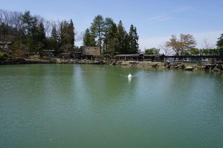 Jazero a drevené domčeky v skanzene Hida no Sato