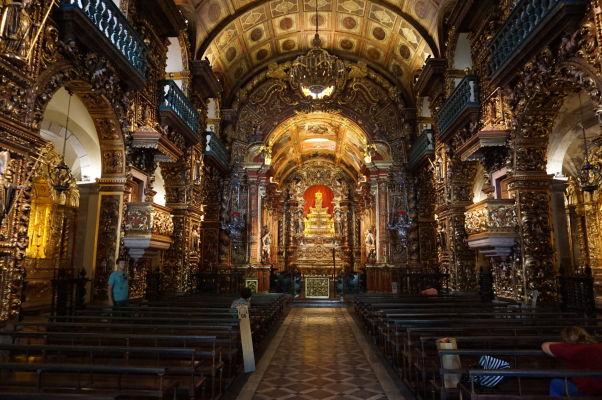 Zlatom zdobený barokový interiér chrámu v Kláštore sv. Benedikta v historickom centre Ria de Janeiro