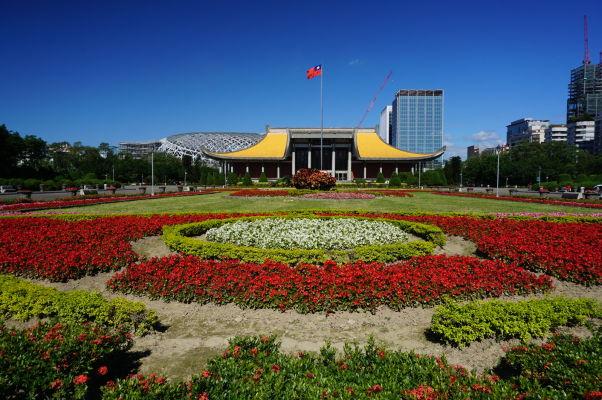 Sunjatsenov pamätník v Tchaj-peji je obkolesený parkom