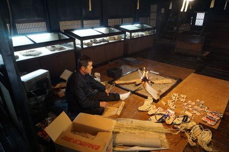 Jeden z miestnych umelcov demonštruje tradičný spôsob výroby obuvi - výrobky je tu možné si hneď zakúpiť, prípadne si skúsiť ich výrobu