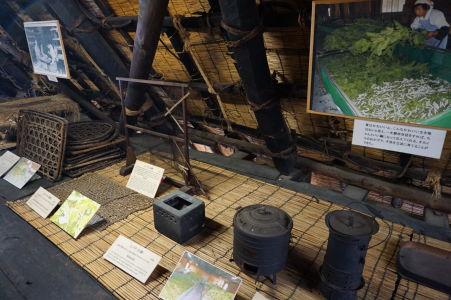 Rôzne predmety potrebné pri výrobe hodvábu a chove priadok morušových
