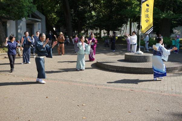 Ľudia tancujúci v tradičných kostýmoch v parku Ueno v Tokiu