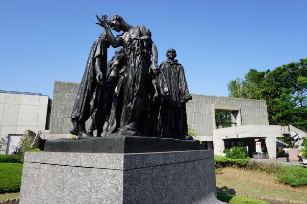 Obyvatelia Calais (Les Burgeois de Calais), jedna z najznámejších sôch Augsta Rodina, pred Múzeum Západného umenia v parku Ueno v Tokiu