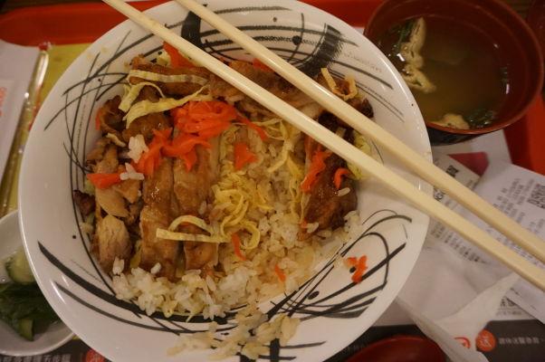 Základné a bežné jedlo na Tchaj-wane zahŕňa väčšinou ryžu a kura alebo bravčové mäso, doplnené zeleninou a vajíčkom
