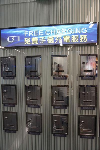 Vcelku šikovný nápad - zamykateľné skrinky s nabíjačkami na letisku Taoyuan na Tchaj-wane