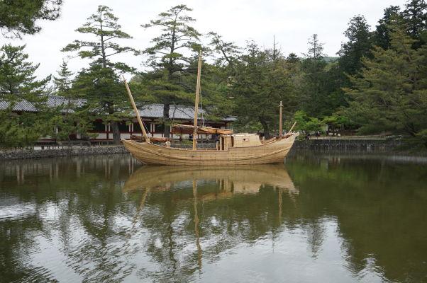 Jazierko Kagamiike pred Veľkou Budhovou Sieňou (Daibutsuden) chrámu Tódai-dži v Nare