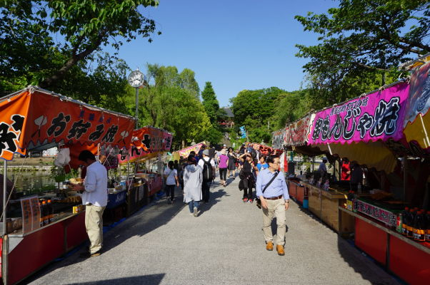 Cestička so stánkami k svätyni Šinobazunoike Bentendo v parku Ueno v Tokiu