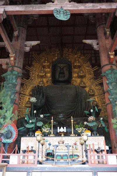 Najväčšia bronzová socha Budhu (Daibutsu) na svete v chráme Tódai-dži v Nare