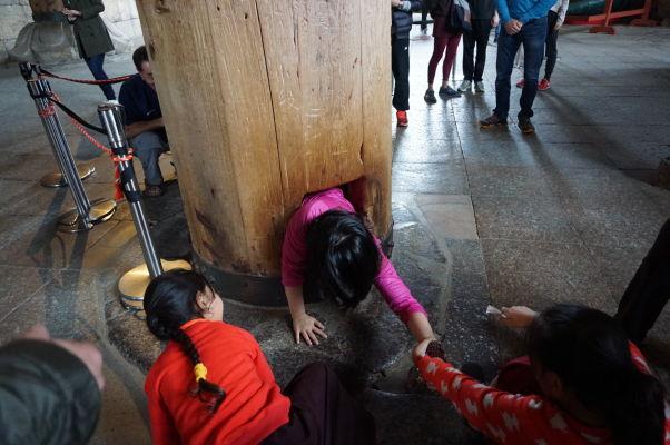 Otvor v jednom z pilierov v chráme Tódai-dži v Nare - kto ním prejde, dosiahne vraj v budúcom živote osvietenie