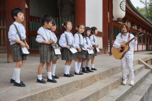 Deti vystupujúce pred múzeom chrámu Tódai-dži v Nare