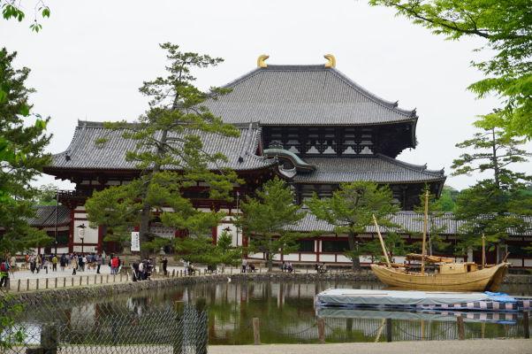 Veľká Budhova Sieň (Daibutsuden) chrámu Tódai-dži v Nare - najväčšia drevená budova na svete a jazierko Kagamiike
