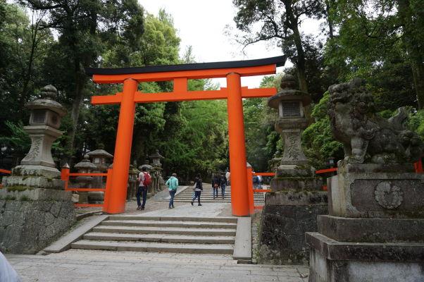 Brána torii pred vstupom k svätyni Kasuga Taiša v Nare